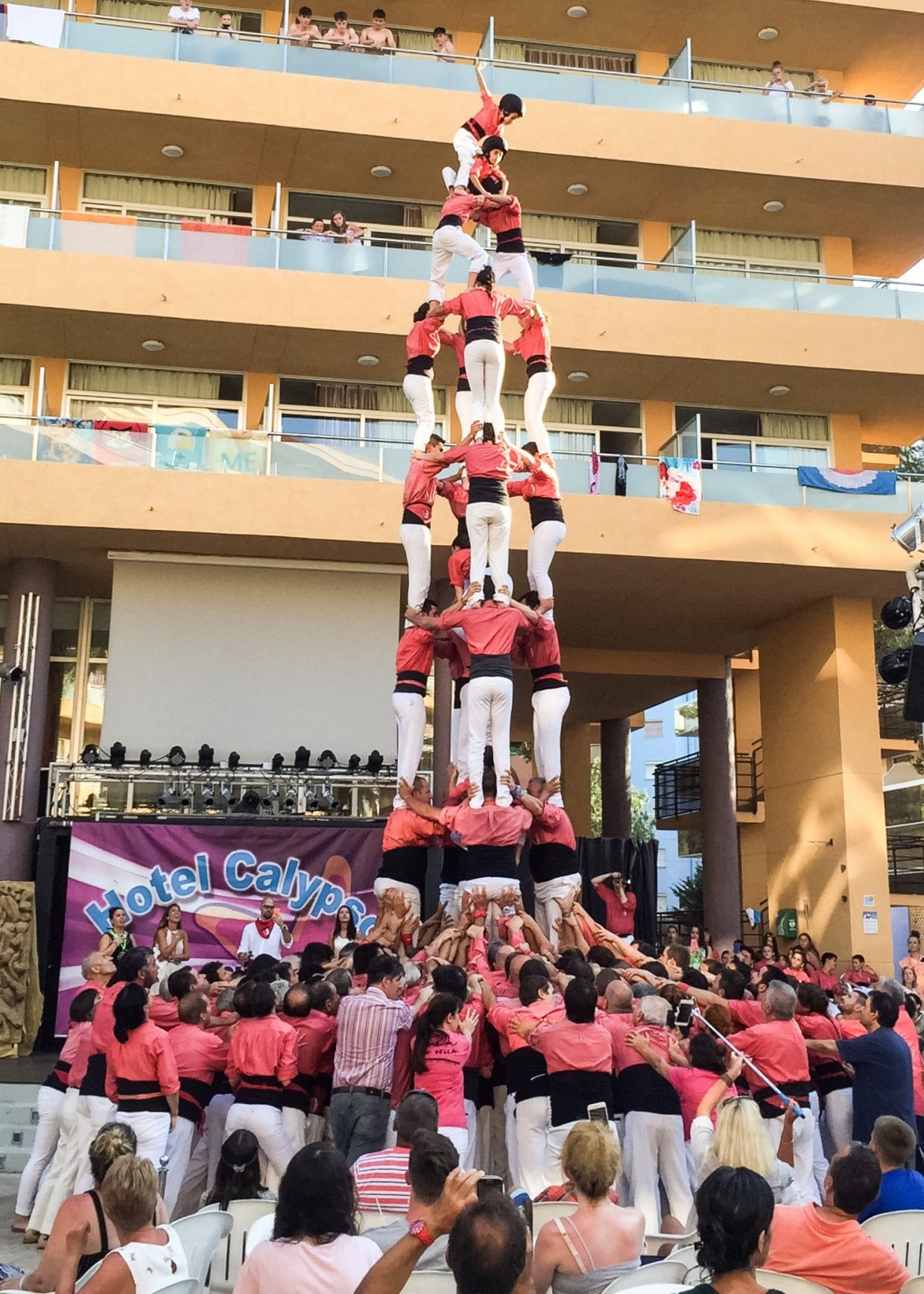 "A 9 level ""human tower"" achieved at the Hotel Calypso (Salou)"